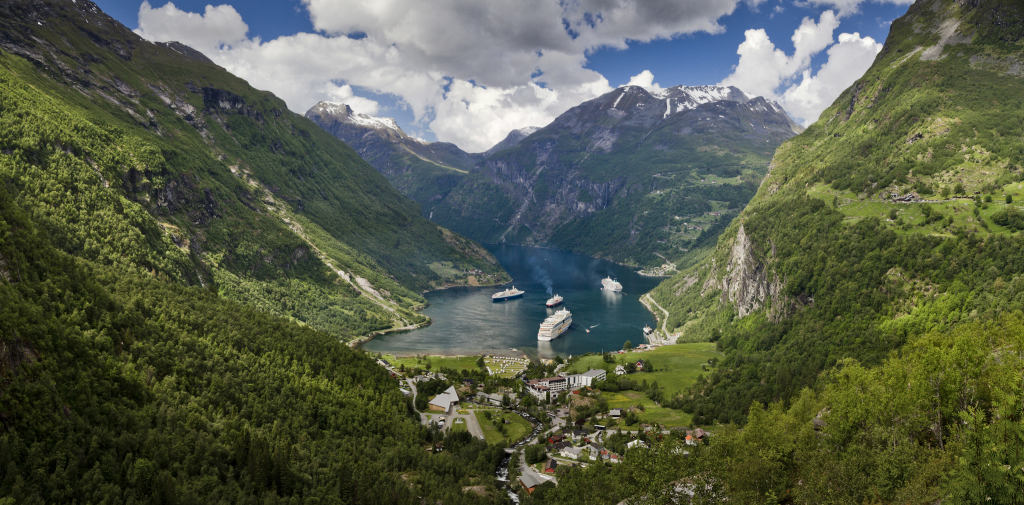 View_to_Geiranger_from_Flydalsjuvet,_2013_June